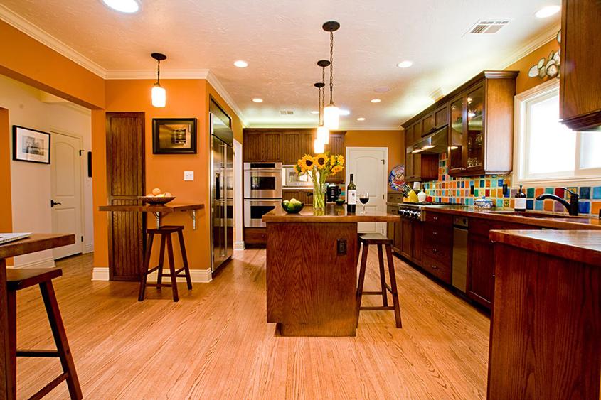оранжевый-цвет-в-интерьере-кухни