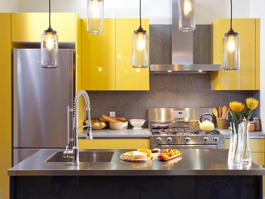 жёлтая-кухня-с-нержавейкой